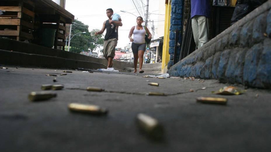 Moradores passam pelas ruas do Complexo do Alemão, após a polícia e o exército ocupar as ruas no Rio de Janeiro - 28/11/2010