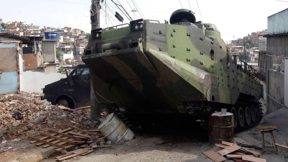 Blindados da Marinha entram no Complexo do Alemão, no Rio de Janeiro - 28/11/2010