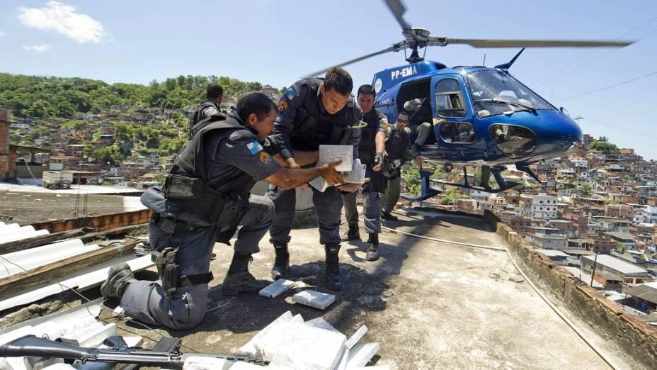 Policiais recolhem de helicóptero droga apreendida no Complexo do Alemão, no Rio de Janeiro - 28/11/2010