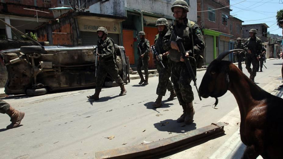 Oficiais do Exército patrulham as ruas do Complexo do Alemão, no Rio de Janeiro - 28/11/2010