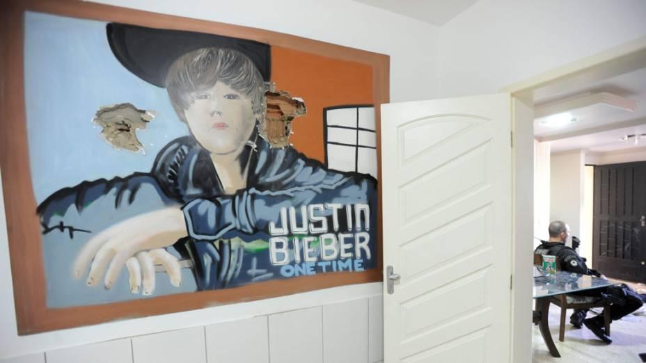 Quadro do cantor Justin Bieber na casa que seria do traficante Pezão no Complexo do Alemão, Rio de Janeiro - 28/11/2010