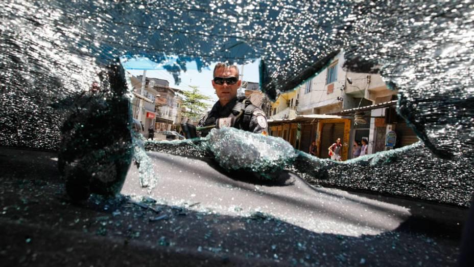 Buraco de bala em carro no Complexo do Alemão, no Rio de Janeiro - 28/11/2010