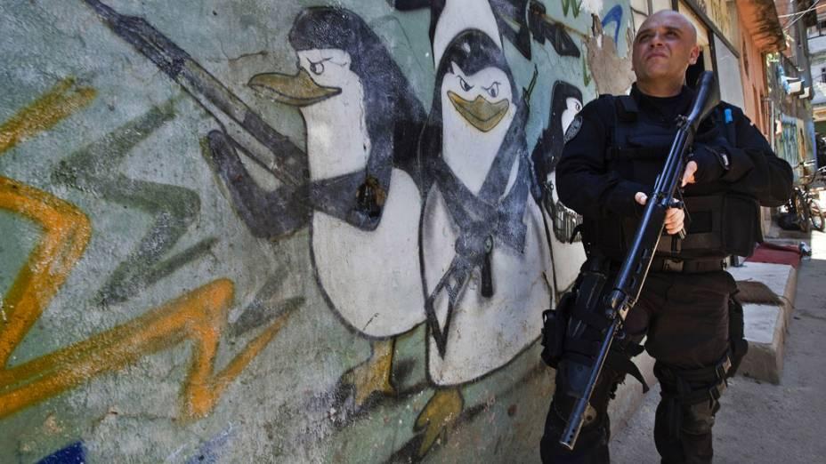 Policial monta guarda no Complexo do Alemão, no Rio de Janeiro - 28/11/2010