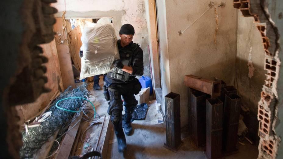 Polícia apreende drogas em casas do Complexo do Alemão, no Rio de Janeiro - 28/11/2010