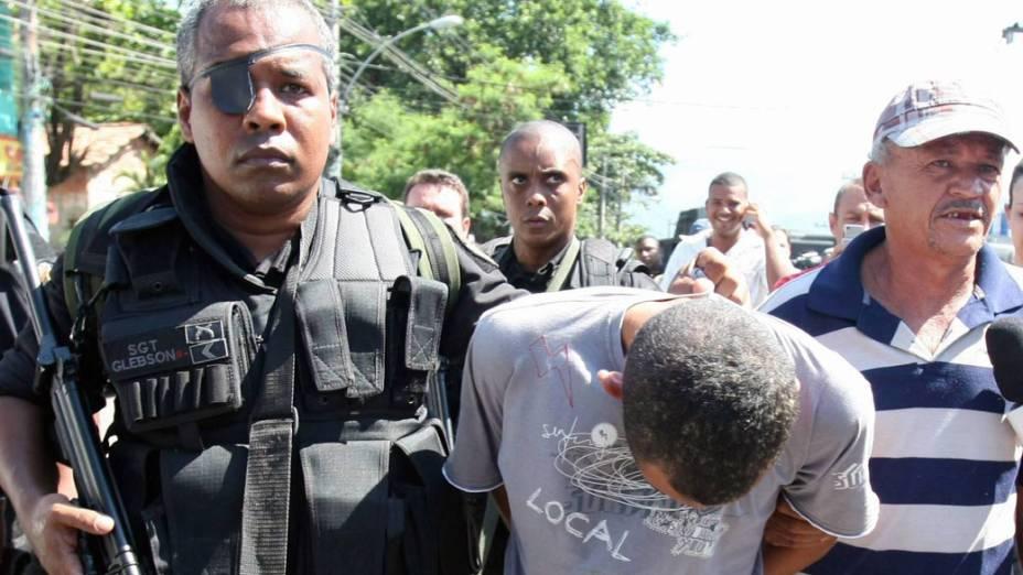 Pai negocia e entrega o filho, que era traficante, para a polícia no Rio de Janeiro - 28/11/2010