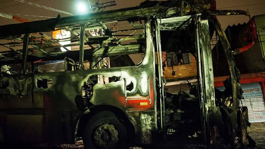 Ônibus queimado durante a madrugada, na Zona Leste de São Paulo