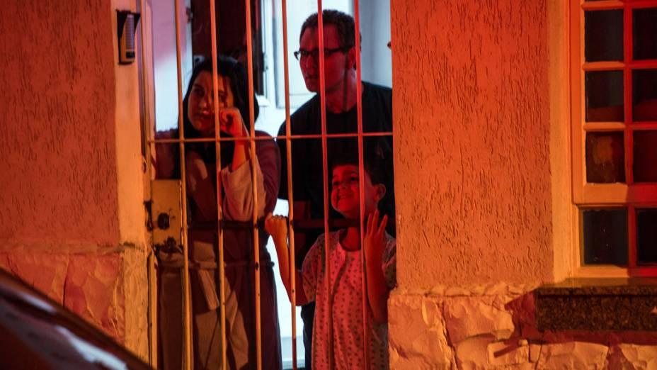 Moradores observam movimentação policial onde duas pessoas foram mortas em Itaquera, na zona leste de São Paulo