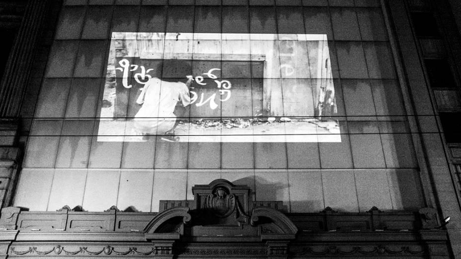 Vídeo é projetado em um prédio no centro de São Paulo, durante a Virada Cultural