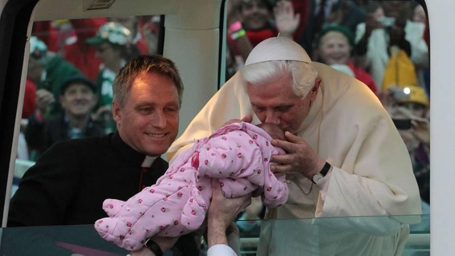 Papa Bento XVI beija bebê ao chegar no Hyde Park, em Londres. 18 de setembro de 2010.