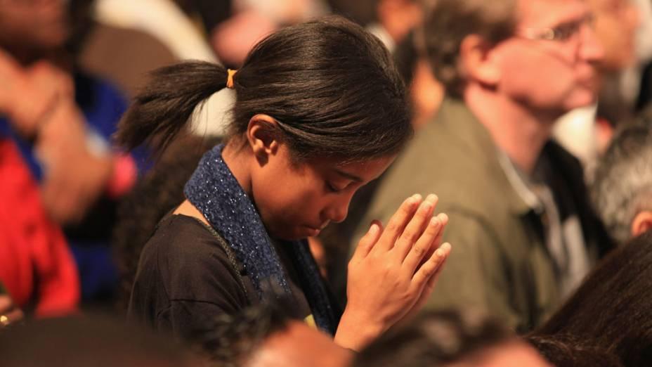 Garota reza durante a vigília do Papa Bento XVI, no Hyde Park em 18 de setembro de 2010 em Londres.