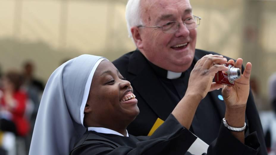 Freira e padre acompanham a visita do Papa Bento XVI em Londres. 18 de setembro de 2010.