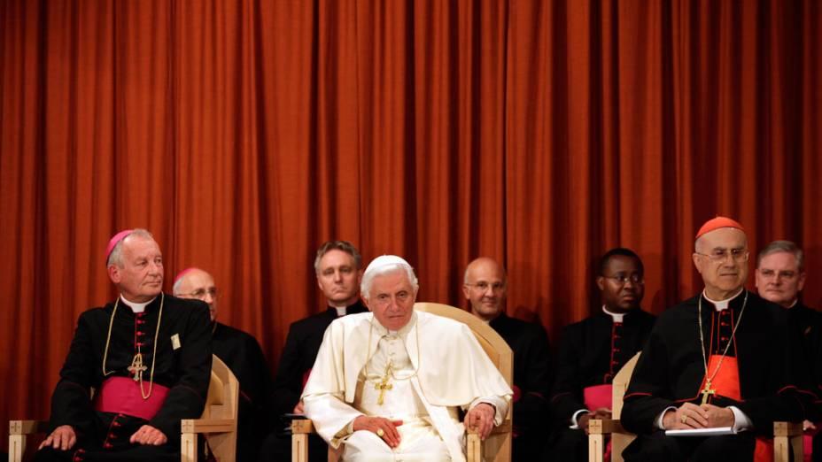 Papa Bento XVI e cardeais durante visita ao retiro St. Peters para pessoas idosas. 18 de setembro de 2010.