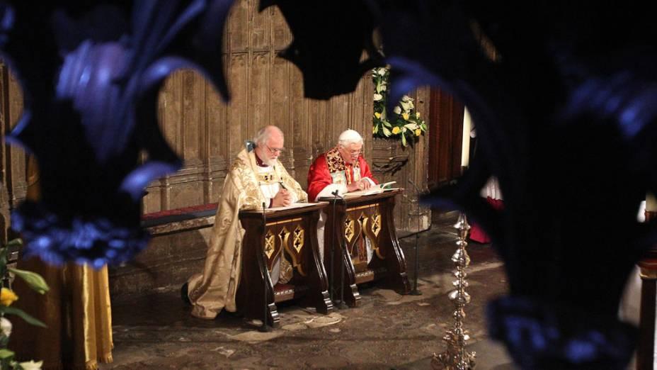 Papa Bento XVI reza com o arcebispo de Canterbury, Rowan Williams, no santuário de St. Edward na Abadia de Westminster. Londres, 17 de setembro de 2010.