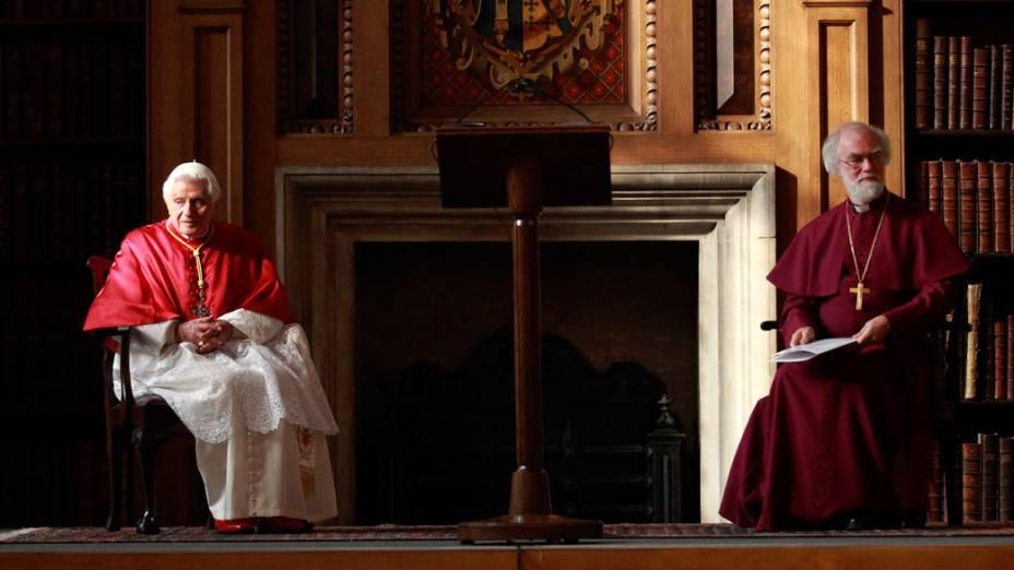 Papa Bento XVI e o arcebispo de Canterbury, Rowan Williams, após reunião com bispos anglicanos e católicos romanos em Londres. 17 de setembro de 2010.