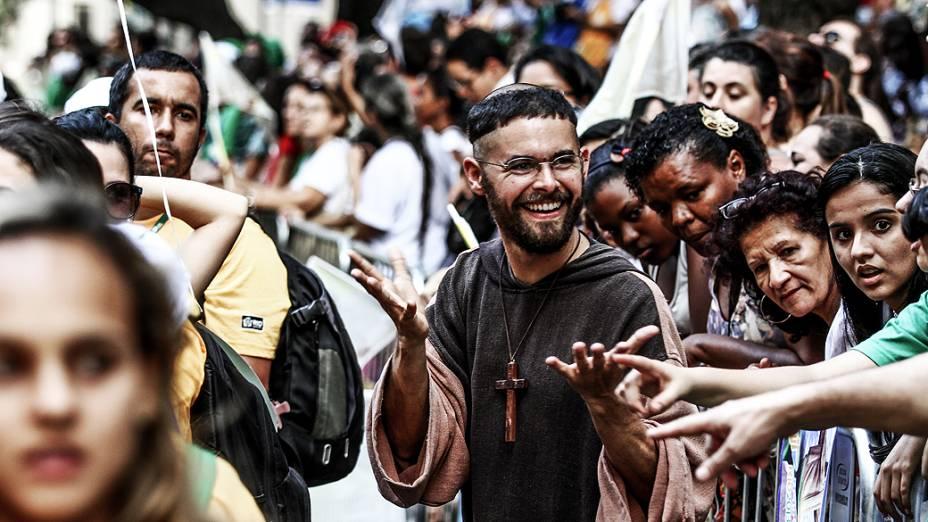 Fiéis aguardam papa Francisco para a Jornada Mundial da Juventude 2013, no Rio de Janeiro
