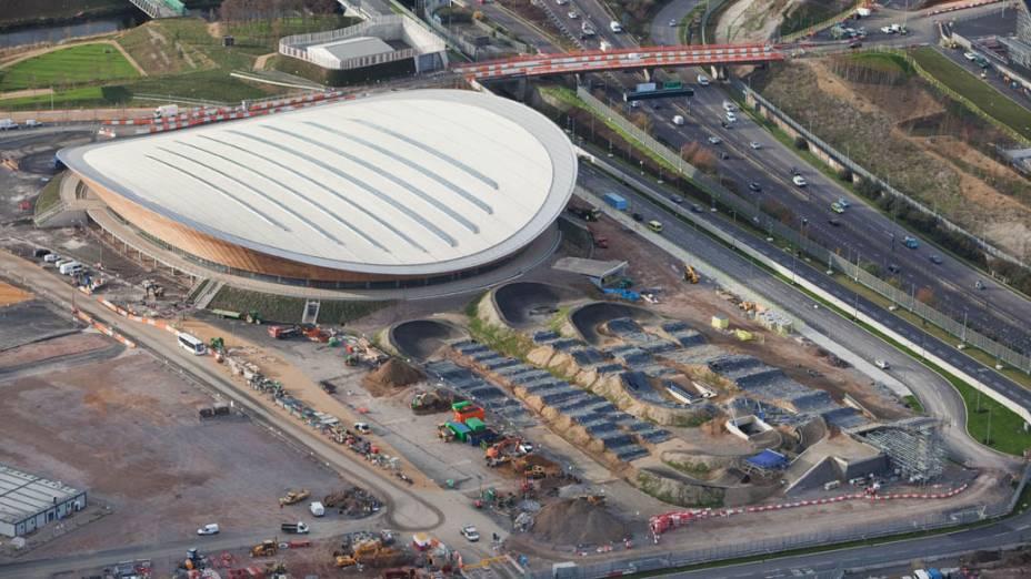 Velódromo e pista de BMX em vista aérea do Parque Olímpico que está em construção para as Olimpíadas de Londres em 2012
