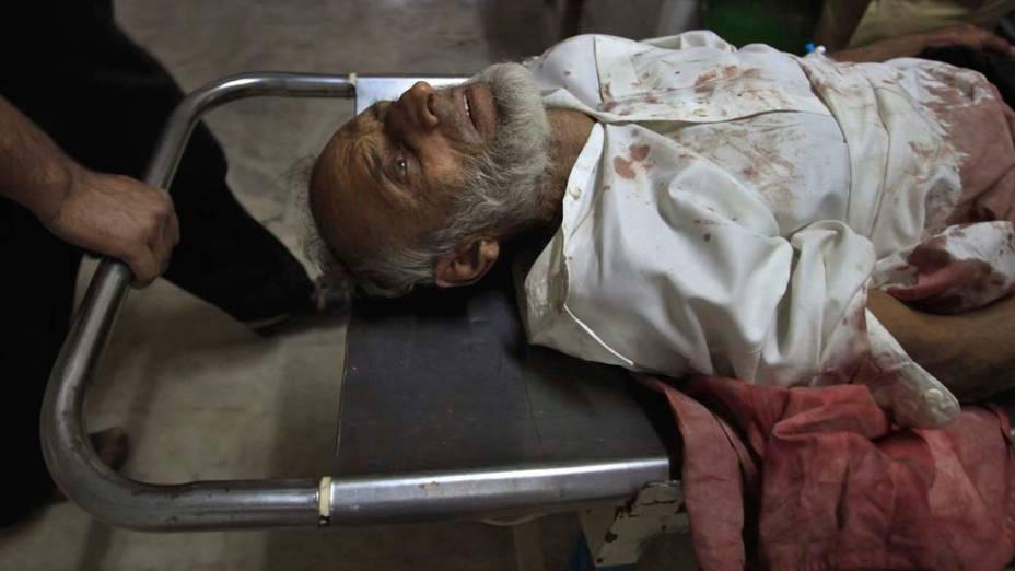 Vítima de atentado suicida em Swabi, no Paquistão, é atendida no hospital Lady Reading em Peshawar