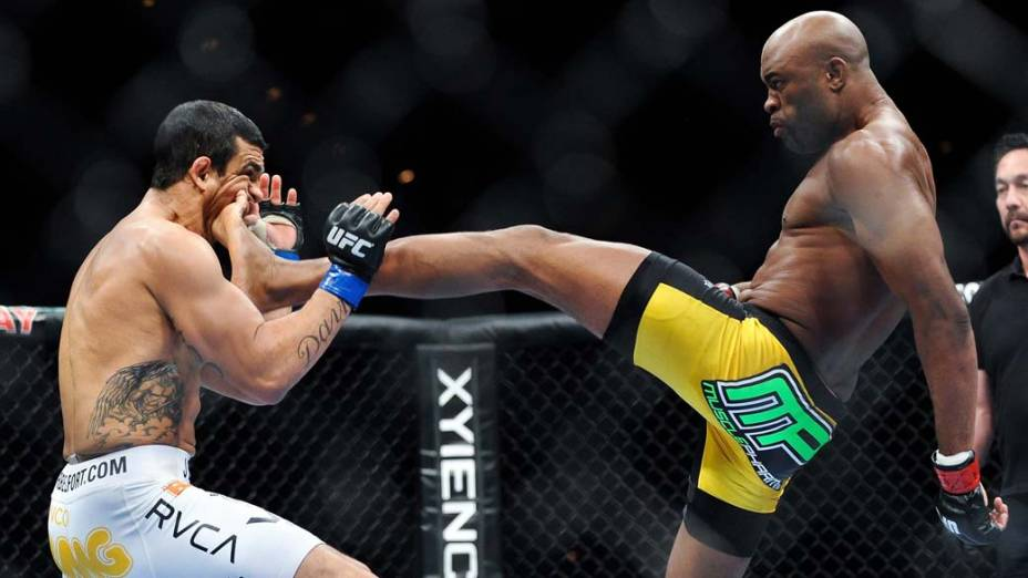 Anderson Silva acerta chute que levou Vitor Belfort a nocaute técnico no UFC 126, em Las Vegas