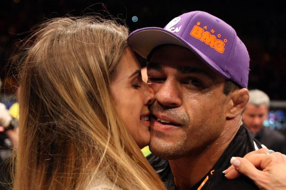 Com a mulher, Joana Prado, Vitor Belfort comemora sua vitória contra Anthony Johnson, no UFC Rio 2012