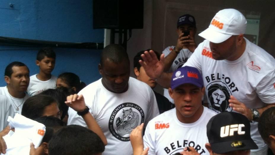 Vitor Belfort cercado por fãs na Rocinha: promessa de abertura de academia do UFC na favela carioca