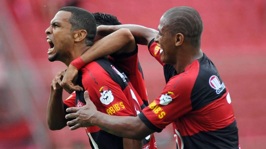 Jogadores do Vitória comemoram gol contra o Bahia, durante o segundo jogo das finais do Campeonato Baiano - 15/05/2011
