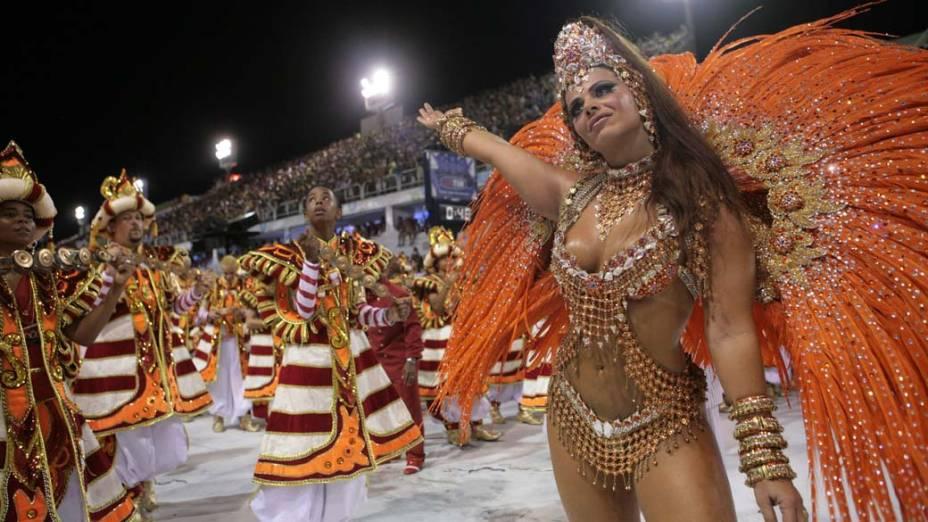 Viviane Araújo desfilando como rainha da bateria do Salgueiro, durante o Desfile das Campeãs, na Marquês de Sapucaí