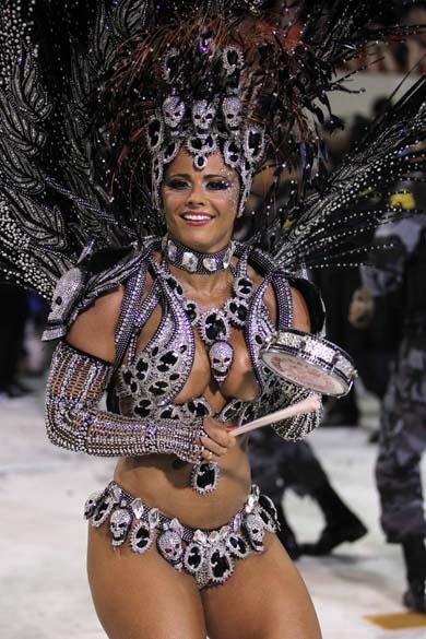 A Rainha de Bateria do Salgueiro, Viviane Araújo, no segundo dia de Desfile das Escolas de Samba do Grupo Especial do Rio de Janeiro, em 2011