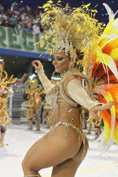 Viviane Araújo desfilando à frente da bateria da escola de samba Mancha Verde, no Sambódromo do Anhembi, em são Paulo