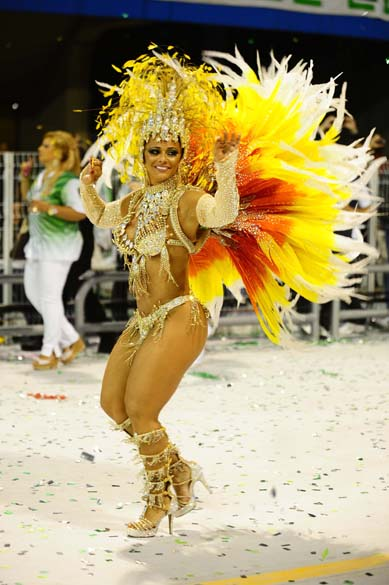 Viviane Araújo desfilando como rainha da bateria da escola de samba Mancha Verde