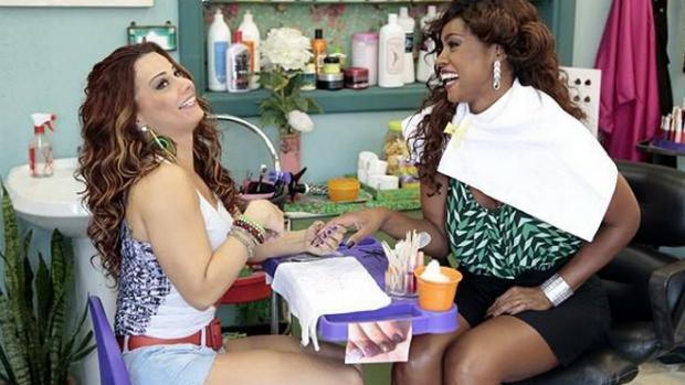 Viviane Araújo é a manicure Naná e contracena com Chris Vianna, que vive a madrinha de bateria Juju