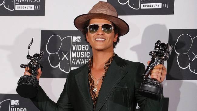 Bruno Mars mostra troféus de Melhor Clipe de Artista Masculino e Melhor Coreografia