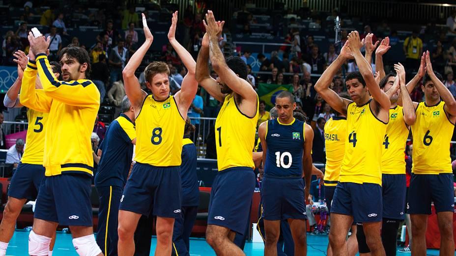 Jogadores da seleção masculina de vôlei comemoram a vitória sobre a Itália e a classificação para a final olímpica