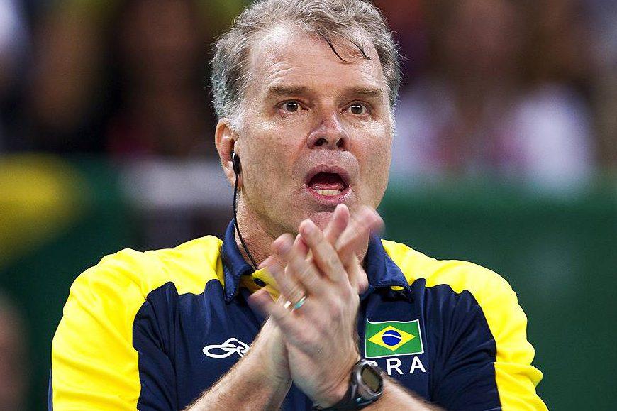 O técnico Bernardinho comanda a equipe na semifinal dos Jogos Olímpicos contra a Itália