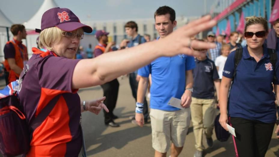 Voluntários orientam o público na chegada ao Parque Olímpico de Londres