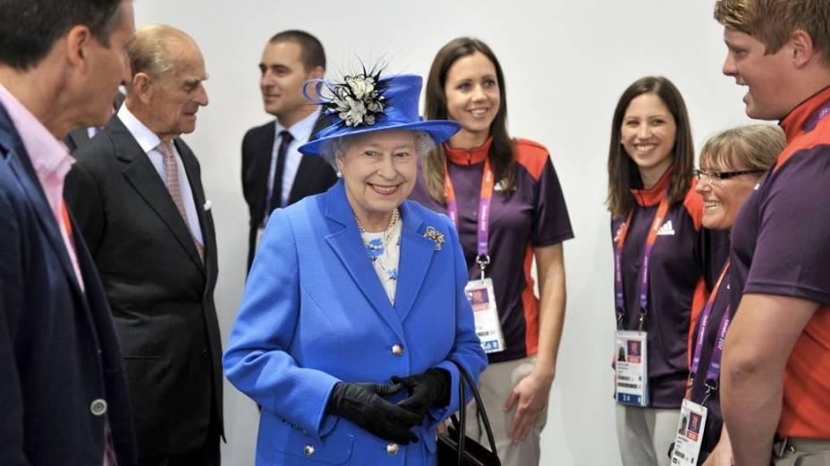 Voluntários recebem a rainha Elizabeth II no Parque Olímpico de Londres