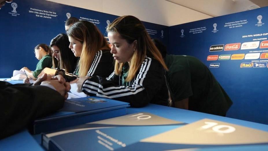 Voluntários no sorteio das Eliminatórias para 2014, no Rio