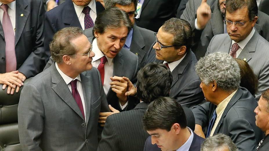 Renan Calheiros (PMDB-AL), conversa com parlamentares durante tumulto nas galerias da Câmara dos Deputados, em Brasília, em sessão do Congresso Nacional, nesta terça-feira (02)