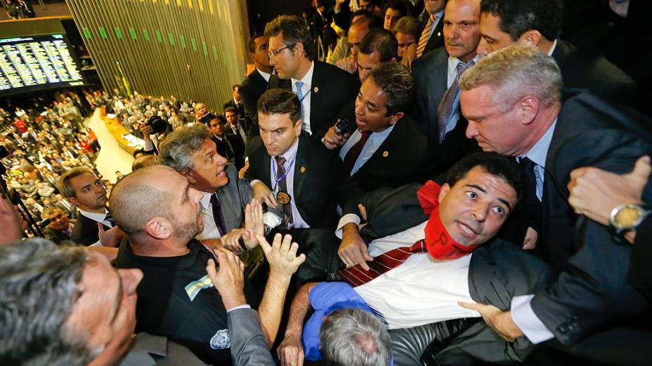 Parlamentares tentam evitar o esvaziamento de público pela polícia legislativa durante tumulto nas galerias da Câmara dos Deputados, em Brasília, em sessão do Congresso Nacional, nesta terça-feira (02)