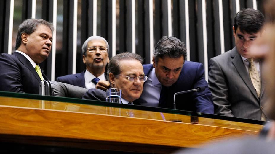 Renan Calheiros (PMDB-AL), conversa com o Senador Aécio Neves, durante a sessão destinada a votar dois vetos presidenciais e a mudança na meta do superavit (PLN 36/14), nesta quarta-feira (03)
