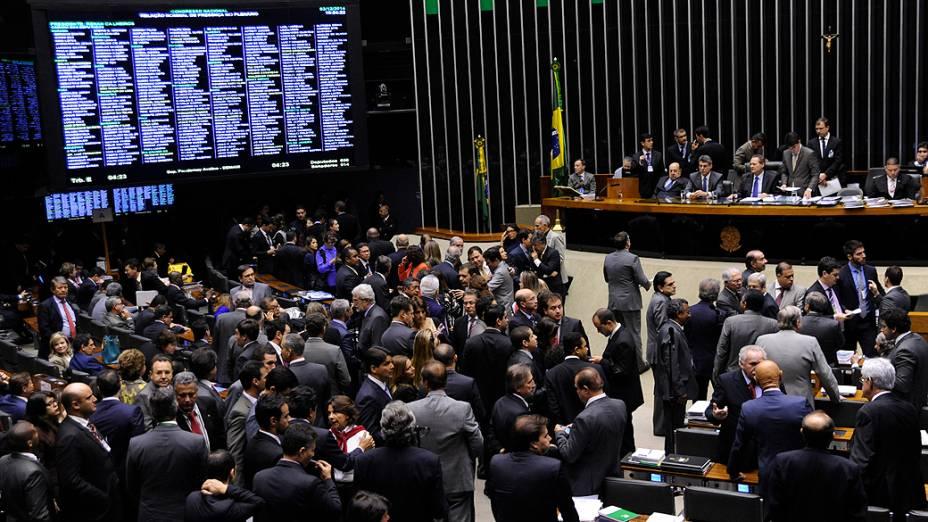 Deputados discutem durante a sessão destinada a votar dois vetos presidenciais e a mudança na meta do superavit (PLN 36/14), nesta quarta-feira (03)