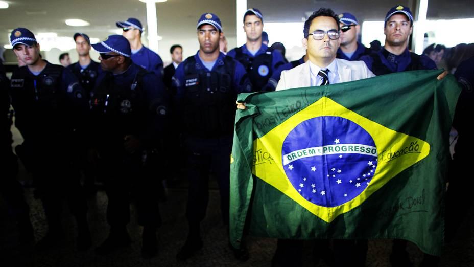 Manifestantes em protesto contra a votação da mudanças feitas pelo governo federal na LDO tentam entrar no Congresso Nacional e são barrados pela segurança da Casa