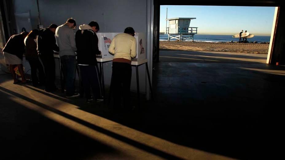 Cabines de votação na Venice Beach em Los Angeles, Califórnia, para eleições dos novos membros para o Congresso americano