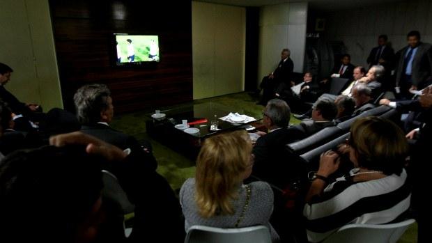Parlamentares assistem ao jogo da Libertadores da América durante votação da MP dos Portos na Câmara dos Deputados