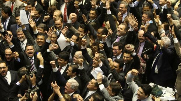 Base governista comemora aprovação da MP dos Portos na Câmara dos Deputados após mais de 20 horas de sessão