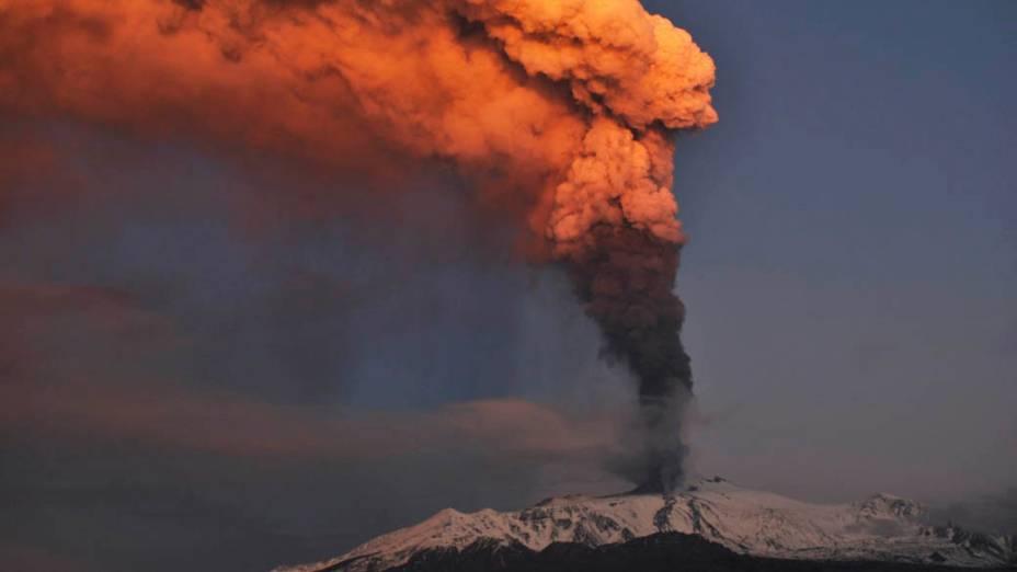 Coluna de cinzas saindo do vulcão Etna, primeiro a entrar em erupção em 2012, Itália