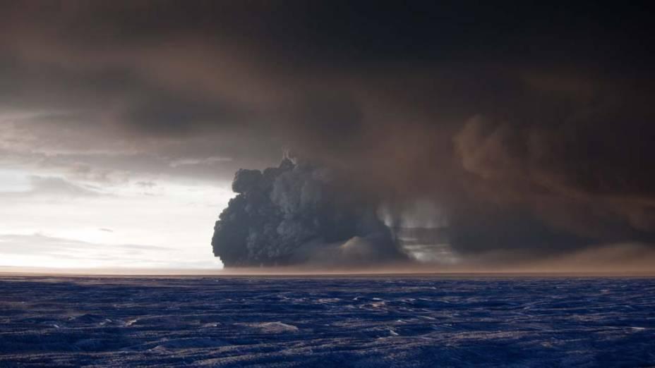 Na Islândia, a erupção do vulcão Grimsvotn espalhou toneladas de cinzas vulcânicas, que podem se espalhar até o sul da Europa durante esta semana