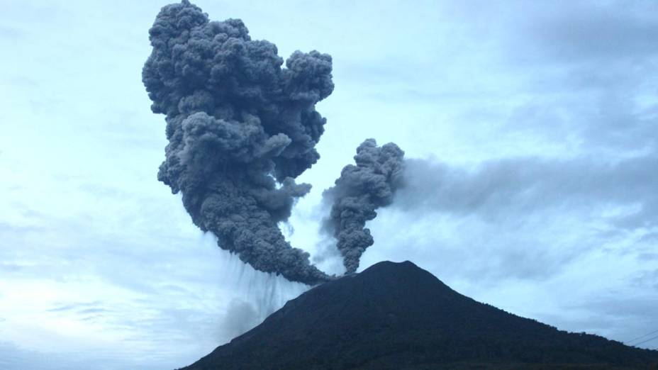 O vulcão Sinabung, adormecido há cerca de 400 anos, entrou em erupção no último domingo na ilha de Sumatra, no norte da Indonésia. Por medidas de segurança, 20.000 pessoas deixaram os vilarejos próximos ao vulcão.  Veja galeria de fotos sobre o vulcão na Indonésia