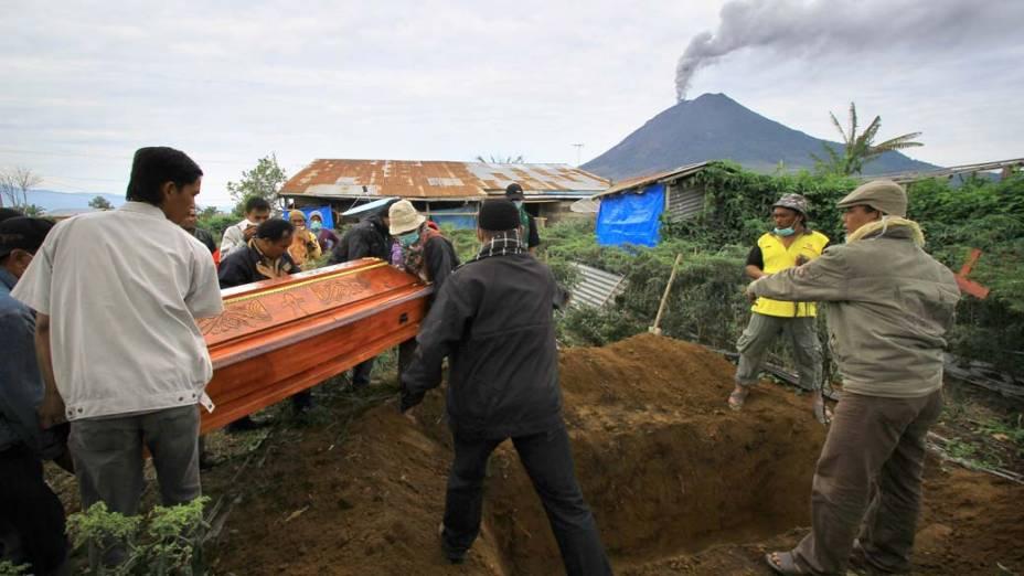 Enterro em Tanah Karoh, vilarejo próximo ao vulcão