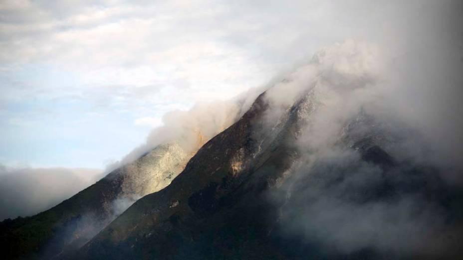 O vulcão Sinabung, na ilha de Sumatra, na Indonésia