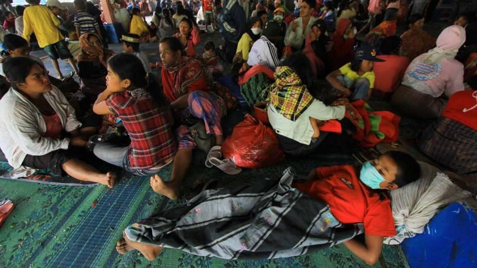 Os habitantes da região próxima ao vulcão recebem abrigo temporário